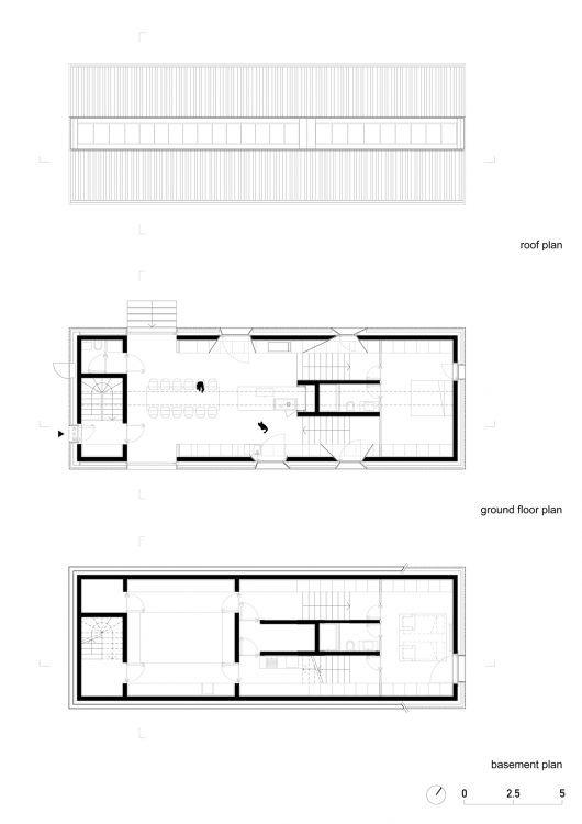 El diseño de la casa se basa principalmente en las reglas de la arquitectura local. La morfología utilizada hace referencia al contexto tradicional construido, con techos a dos aguas predominantes en las casa y respetando sus parámetros volumétricos y materiales.