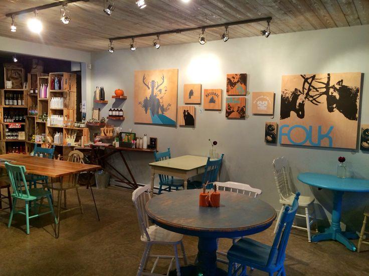 Idée déco murale. Pochoirs sur planche contreplaqué. @bluhouse market&cafe. Crédit photo Instagram @voyagesetgourmandises