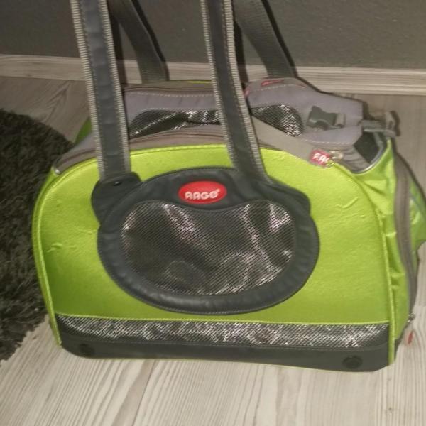 """Verkauft wird eine Neuwertige Tragetasche der Marke """"ARGO FLY""""Die Tasche war nur einen Sommer in benutzung, für Reisen.Sie hat große Luftfenster und einen festen herausnehmbaren Boden. zugelassen für Flugreisen. Ideal für Hunde bis 3.5kg bis 30cm SchulterhöheNeupreis :79€Maße : 40cm x23cm x30cm LBHKann auch verschickt werden.Bei Interesse einfach melden"""