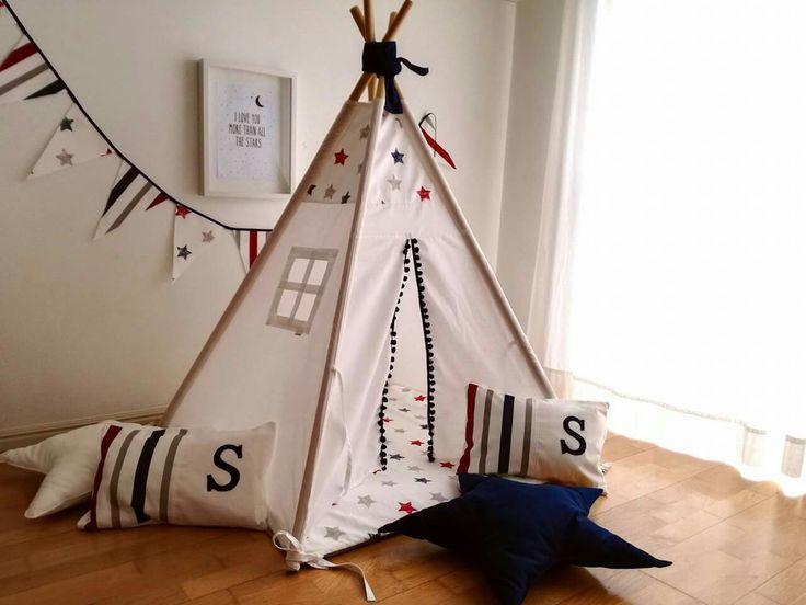 Linda esta combinação de tecidos da Vidal Tecidos. Conjunto tenda com base e almofada com a inicial 90€. Dimensão da base 1mx1m; altura 1,40.  Bandeirinhas 12€ (+/- 2,20m), almofadas estrela 12€ cada. Portes não incluídos (total de portes para o continente 8€ - em Lisboa entrega sem custos). #textiltribu #textilpuff #babyroom #kidsroom #bebé #maternidade #gravidez #babytoy #quartodecriança #quartodebebe #handmade #madeinportugal
