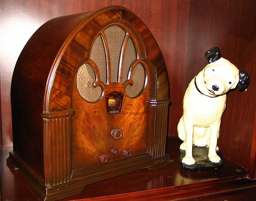 Old Radio & Statue of Nipper
