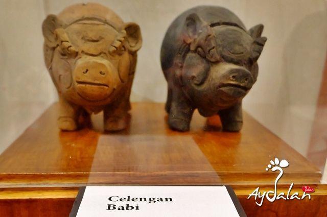 """""""Sebenarnya istilah Celengan itu berasal dari kata Celeng atau Babi, karena sejak jaman Kerajaan Majapahit (1293 – 1500) telah dibuat tempat menyimpan uang logam, yang terbuat dari tanah liat yang dibentuk hewan menyerupai babi, sehingga hingga kini tempat menabung itu disebut Celengan."""""""