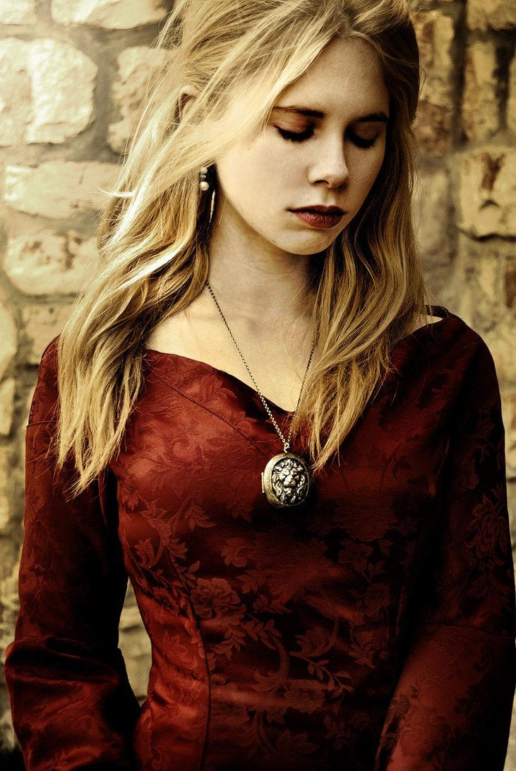.... apparently this is a Cersei Lannister cosplay, which is sad, because this girl is so pretty she looks like she is playing a nice person.