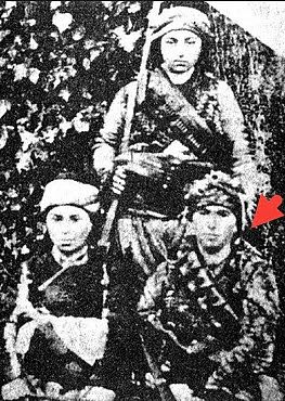 Çete Emir Ayşe Yunanlıların 1919 yılında Aydın'ı işgali sırasında İmamköy'ü ele geçirmeleri üzerine silahlanarak Umurlu'daki Sancaktar Ali Efe grubuna katılmıştır. Aynı gruptaki Çiftlikli Kübra ve Ayşe Çavuş ile birlikte ilk olarak Kepez sırtlarında düşmanla savaşmış, daha sonra Aydın Cephesinde yer almıştır.