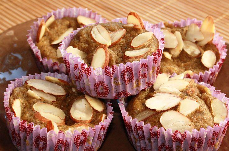 Saftige superfood-muffins med mandelmel og kokosolje, søtet med en kombinasjon av Cocosa sukker og Steviosa sukker. Gluten- og laktosefri. Full oppskrift: http://www.soma.no/oppskrifter/bakverk/saftige-superfood-muffins/