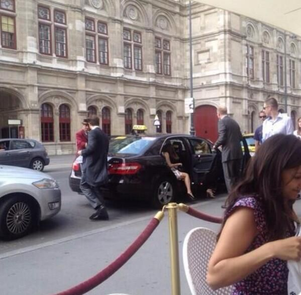 Emma leaving her hotel in Vienna - 4
