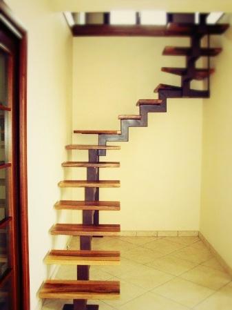 scala in legno con dettagli in ferro