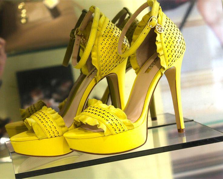 Quest anno punta tutto sul giallo, il colore dell'estate 2016! Porta la primavera nei tuoi outfit con Guess! Contattaci per info 344 04 69 082 Presto online sul nostro sito www.riccishop.it  #guess #decollete #donna #scarpe #woman #shoes #comode #primavera #giallo #scarpedonna #borchie #moda #chebella #outfit #scarpa #tacco #dolce #comode #belle #love #blogger #fashionblogger #leamo #torino #cassino #stupende #regalo #adoro #molise