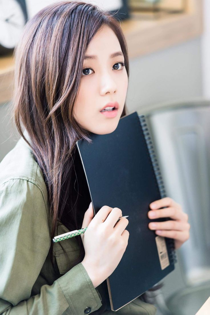 GOOD HEAVENS!!! THIS GIRL IS GORGEOUS!!! QUEEN JISOO I CAN ONLY ASPIRE TO LOOK AS BEAUTIFUL AS YOU  -@BeautyandthePoet