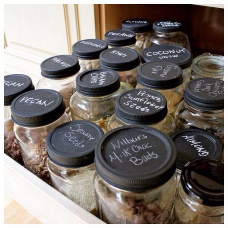 Handig voor in de keuken!  Deksels van potjes geverfd met krijtbord verf.