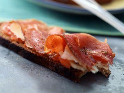El desayuno inglés o el continental son desayunos que todos conocemos, los encontramos en muchas cafeterías y hoteles de nuestro país. Pero, ¿y el desayuno español? Pensemos en una buena rebanada de pan, con un aceite de oliva de calidad, tomate y jamón ibérico. ¡Pues ya existe!