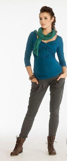 """Bluza Elena, confectionata dintr-un material soft si cu o culoare extreme de placuta este in trend in acest sezon. Potrivita pentru orice moment al zilei , bluza Elena este chic si in acelasi timp extrem de comoda. Asa cum v-am obisnuit deja si la alte produse Jolie Maman, bluza Elena poate fi purtata si dupa sarcina, in special in perioada alaptarii. Este ceea ce noua ne place sa numim o haina de tip """"feed me""""!"""