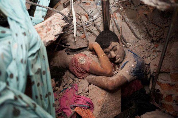 Casal abraçado entre os escombros de uma fábrica que desabou em Bangladesh  Leia mais: http://www.tudointeressante.com.br/2013/11/as-43-fotos-mais-emocionantes-ja-tiradas-ate-hoje.html#ixzz39CJJUGHD