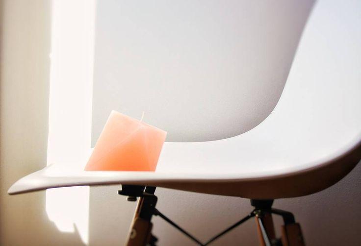 Tra luce e ombra la nuova candela Noreflexdesign color corallo sembra aspettare di essere collocata in un nuovo posticino... chi le trova una casetta? Info via email noreflexdesign@gmail.com  #noreflexdesign #candledesign #wax #cera #homedecor #candle #homemade #homedecor #design