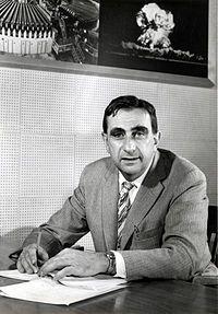 """Teller Ede (Budapest, 1908. január 15. – Stanford, Kalifornia, 2003. szeptember 9.) zsidó származású, magyar–amerikai atomfizikus, aki élete jelentős részét az Amerikai Egyesült Államokban élte le, és sikereit is főként ott érte el. Legismertebb a hidrogénbomba-kutatásokban való aktív részvétele, emiatt mint """"a hidrogénbomba atyja"""" vált közismertté."""