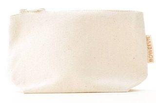 Mooi klein make-up tasje, van het merk Bo Weevil. Gemaakt van 100% biologisch katoenen in een mooie (ongebleekte) naturel kleurige canvas (340 gr/m2), GOTS-gecertificeerd. Mooi afgewerkt met een stoere rits.      Formaat make-up tasje: 18x12 cm, de bodem is 7 cm breed. Het kan gewassen worden op 30-40 graden, de krimp is minimaal. Het materiaal is ook zeer geschikt om te bedrukken of te borduren.      Geproduceerd in India.       Bo Weevil is de Nederlandse pionier op het gebied van…