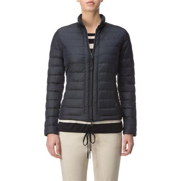 WOOLRICH W'S UL SUNDANCE DONKER BLAUW Dames. Een heerlijke jas voor de lente van het merk Woolrich. De jas is kort van model en is licht gewatteerd. In het midden is een rits verwerkt met aan weerszijden een jaszak met ritssluiting.
