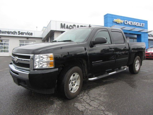 This Silverado 1500 has a ton of features including chrome running boards, rain guards, rhino liner, and it has the checkered flag Chevy logo in the grill. Click or call to book your test drive today.