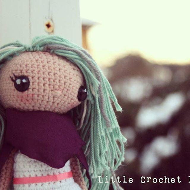 Her name is Miriam, and she's incredible happy today because she loves winter. Now I just need to find a good jacket for her. / Se llama Miriam y está muy feliz hoy porque le encanta el invierno. Ahora sólo me queda conseguir un abrigo para ella... #littlecrochetfriends #cute #doll #crochet #amigurumi #creatividad #crochetdolls #crochetbuddies #creativity #handmade #hechoamano #winter #ganchillo #crocheting #sweet