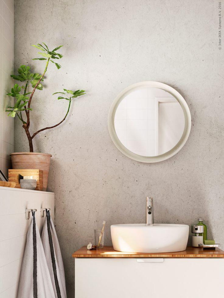GODMORGON/ALDERN/TÖRNVIKEN kommod med tvättställ och bänkskiva i bambu, STORJORM spegel med integrerad belysning, FÄRGLAV badhandduk vit/mörkgrå, DRAGAN badrumsset i bambu.