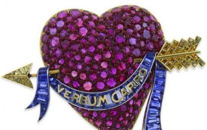 Diamanti gialli, zaffiri e rubini per la spilla del 1938 firmata Paul Flato - In vendita una spilla firmata dal gioielliere delle star Paul Flato risalente al 1938 tempestata di diamanti gialli, zaffiri e rubini, a forma di cuore trafitto da una freccia in oro giallo e platino