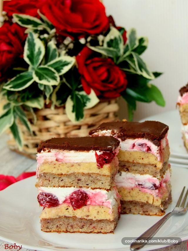 Dugo smo čekale priliku da napravimo ovu tortu… Zaista je divna! :) Zahvaljujemo se dragoj Slavici (posebno njenoj mami Cici) na receptu. A Miki tortu posvećuje nekadašnjoj koleginici i zauvek drugarici hatshepsut. Kao malo podsećanje na tri musketara! :)