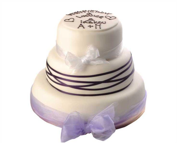 Svatební dort 27 Třípatrový svatební dort, o rozměrech 18 cm, 24 cm a 32 cm, obalen fondánem, dozdoben saténovými stuhami