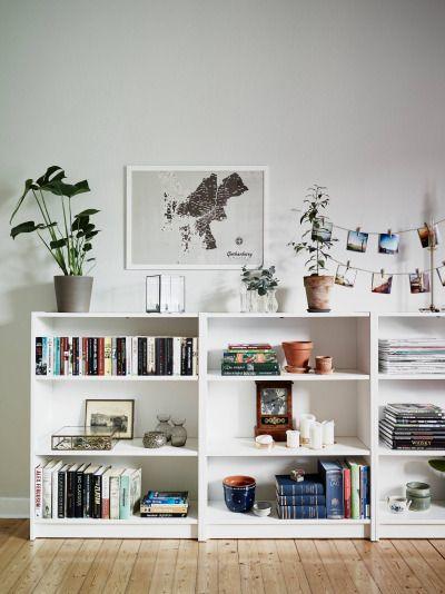 /Las estanterías de media altura son una muy buena idea para no llenar paredes enteras pero tener igualmente mucho sitio para almacenaje. Ideales para espacios que no sean muy grandes o muy luminosos./