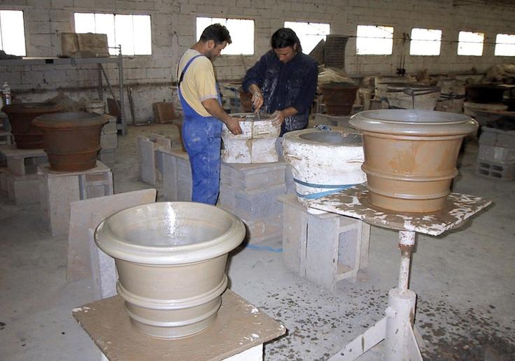 La lavorazione artigianale dei vasi in terracotta