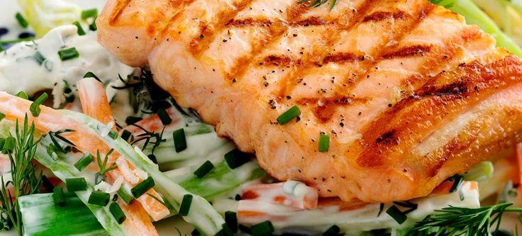 Sprød, gylden og grillet laks med skønne grøntsager, bl.a. gulerod, pastinak, porre vendt i peberrodsdressing med yoghurt, purløg og dild. Se opskriften her.