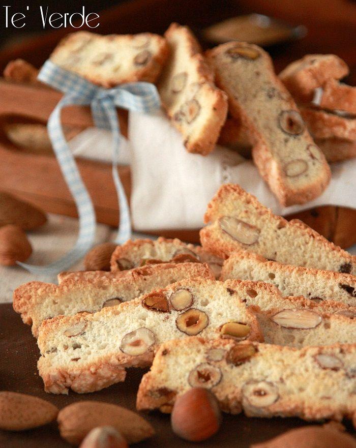 Biscotti con Frutta Secca - ottimi se accompagnati con una tazzina di caffè o con del vino dolce da dessert, non troppo duri e non troppo morbidi.Buoni!