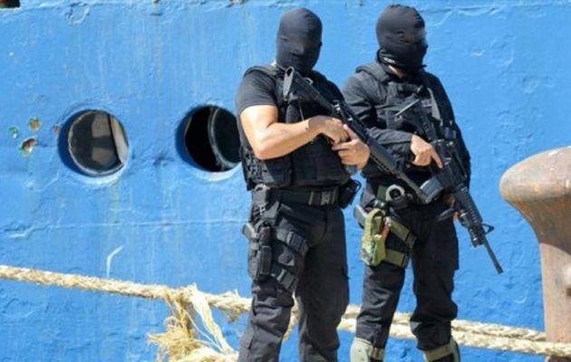 Βρέθηκε πλοίο γεμάτο όπλα και πυρομαχικά στον Πειραιά