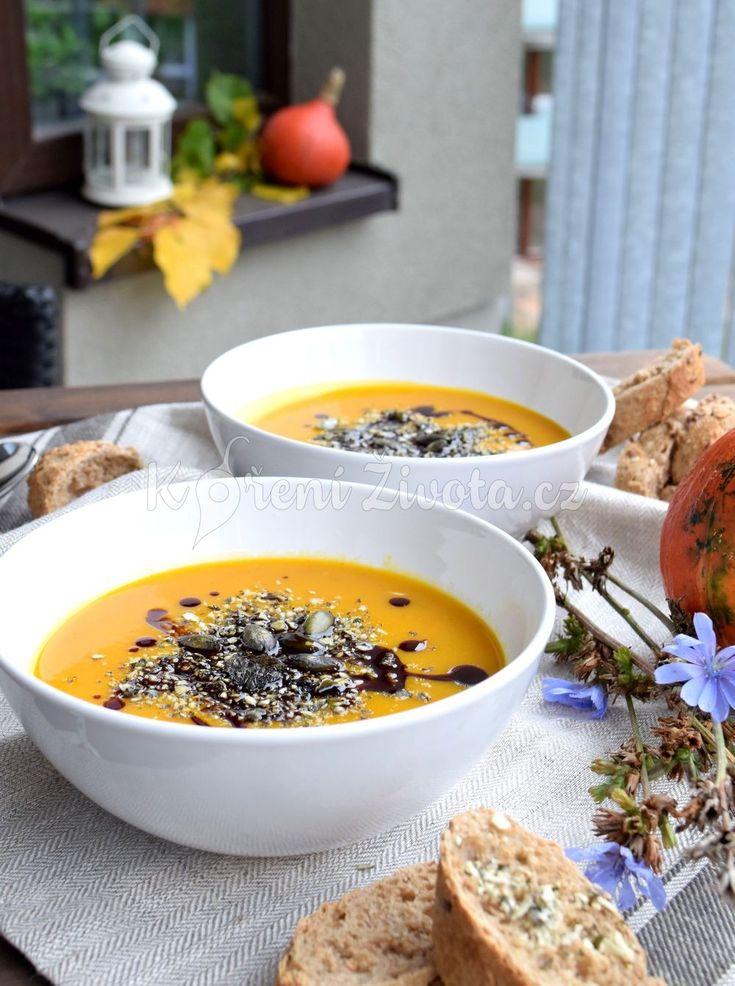 Zahřejte se hustou dýňovou polévkou v tak trochu netradičním podání. Je hotová raz dva :-) Recept právě teď na www.korenizivota.cz #dynovasezona #podzim #dobrouchut