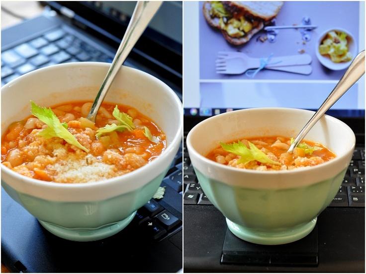 *MINESTRONE*  Tato polévka se hodí na zimní večery, ale taky na hodinové klikání přes obědy. Ehm, máte to asi stejně. :-)V polévce lžíce stojí a hodně zasytí.Samozřejmě to může být vegetarianská verze, to záleží na vás.