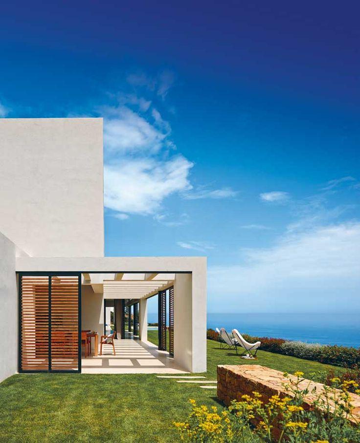 Las correderas mallorquinas suavizan la luz del sol que - Que es un porche en arquitectura ...