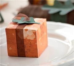 Surprise you're guests with this darling favor! #CricutFall Favors, Projects Center, Cricut Thanksgiving Fal, Favor Boxes, Thanksgiving Table, Favors Boxes, Cricut Projects, Places Cards, Thanksgiving Boxes