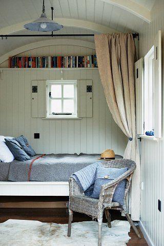 Shepherds hut Schöne Idee mit den Büchern für den Schlafboden