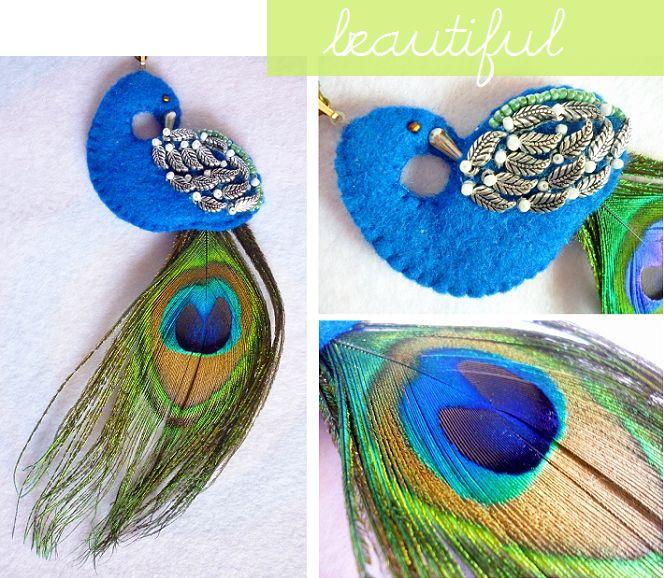 Collar en fieltro con forma de pavoreal, decorado con plumas metálicas, shakira y pluma