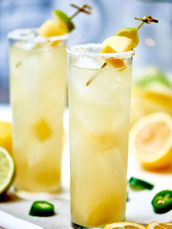 Una margarita con jalapeño tequila hecho en casa infundido jalapeño!  Estas margaritas no son como las bebidas que te dan en un restaurante ... los que son de 16 onzas, tienen un toque de tequila, y el resto se llena con la mitad aguadas hielo, y super mezcla de margarita azucarada que hace que su duelen los dientes .  Estas margaritas jalapeños son fuertes, no tienen azúcar añadido, y realmente suponen un aporte!  showmetheyummy.com #tgif #cocktails #jalapeno #margarita #happyhour #drinks