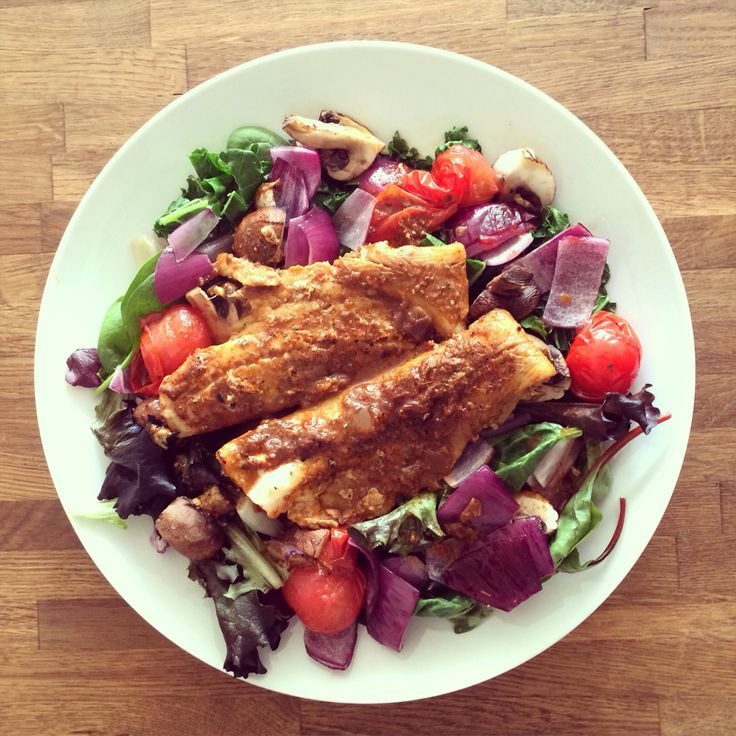 Oven-baked Thai pollock. With roasted red onion, cherry tomatoes and mushrooms. And served with half mixed salad and half steamed kale.