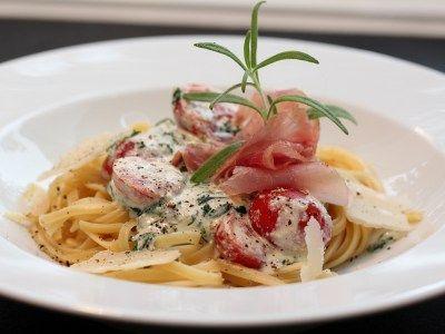 » Pasta med spinat, ricotta, skinke og tomat