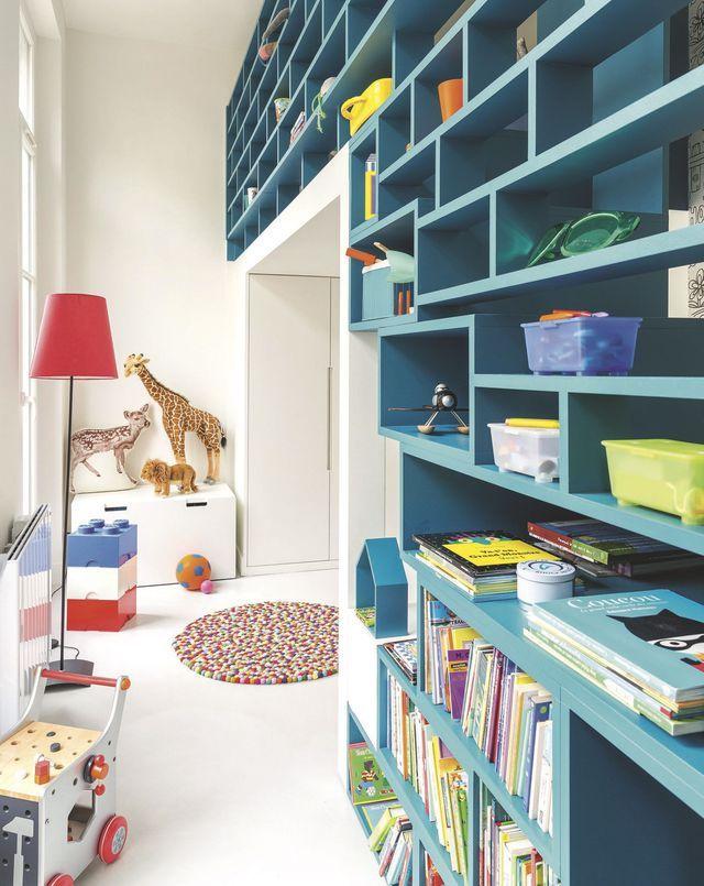 Bibliothèque sur mesure dans un appartement familial. Plus d'infos sur Côté Maison. http://bit.ly/1LFqK1q