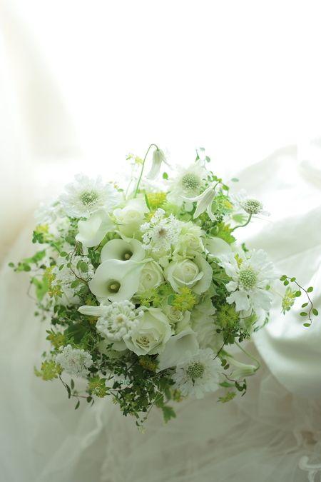 クラッチブーケ 八芳園さまへ カラーとバラとトルコキキョウで : 一会 ウエディングの花