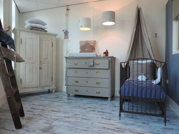 Leuke nostalgische babykamer met antieke kast, bronskleurig smeedijzeren ledikant en brocante commode.  www.nieuwedromen.nl