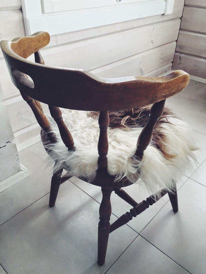 bonanza tuoli, istuintalja, brown sheepskin, vintage dining chair, asko, valkoinen laattalattia, hirsitalo