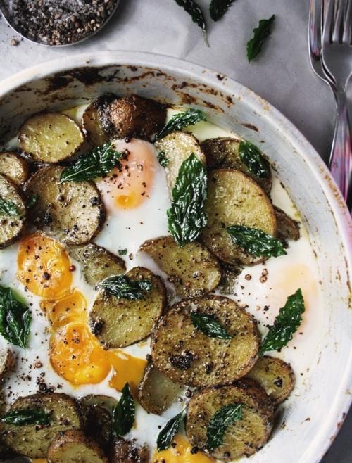 Papas cocidas en rodajas, huevos, pesto y hojas de albahaca, al horno.