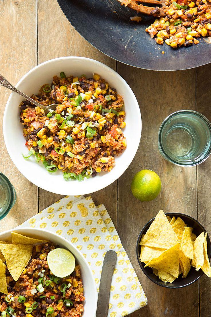 Deze supersnelle Mexicaanse bulgurschotel zet je binnen een kwartier op tafel. Heerlijk smeuïg, vegetarisch, lekker pittig en toch fris tegelijk. Ultiem comfortfood met een gezond tintje!