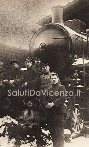 """Stazione di Vicenza, ferrovieri in posa per una foto ricordo con la """"vaca mora"""", il treno a cremagliera che collegava la provincia con il centro città."""
