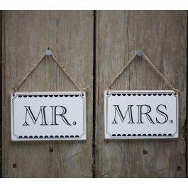 <p>Super originele vintage bordjes met Mr.en Mrs. ter decoratie voor de bruiloft.</p> <p>De bordjes zijn gemaakt van hout en zijn vast gemaakt met een bruin touw.</p> <p>Super leuk om achter op de stoel van het bruidspaar te hangen. Zo weten zij hun plek wel te vinden, en het benadrukt nog even extra dat ze nu écht getrouwd zijn</p> <p>Afmetingen: 14cm x 9cm<br />1 bordje met Mr.<br />1 bordje met Mrs.</p>