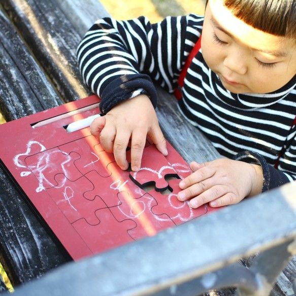 黒板塗装された木製パズルです。落書きをして世界でひとつのパズルにしてください。インテリアとして、知育玩具としてお子様のプレゼントに大変喜ばれる一品です。一般的なチョークと珍しいチョークペンシル付きです★サイズ:W245×D195×H12mm材質:MDF※チョークは濡れ雑巾等で優しく拭いてください。※ご希望のカラーをご連絡ください。※レーザー彫刻機で加工している為、若干コゲの匂いがします。※黒板塗料成分/水性ペンキ成分【合成樹脂(アクリル)、顔料、有機溶剤、防カビ材、水】水性アクリル塗料ですので、ラッカーシンナー等は含まれておりません。▼カラーは下記よりお選びください▼赤/紺/緑/茶/黒新しい黒板の黒板面は、チョークとなじませることで扱いやすくなります。※チョークと馴染んでいない黒板面は、チョークの文字が消えにくく、残ることがあります。1.白色のチョークを横に寝かせて、黒板面にチョークの粉をやさしくこすり付けて下さい。2.黒板消しで黒板面全体を一様に拭いて、チョークの粉を落として下さい。(更に一度「水拭き」をして頂くと、滑らかにな...